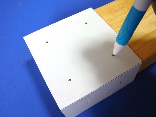 自作のツーバイフォー定規を使ったツーバイ材のネジ穴を決める作業