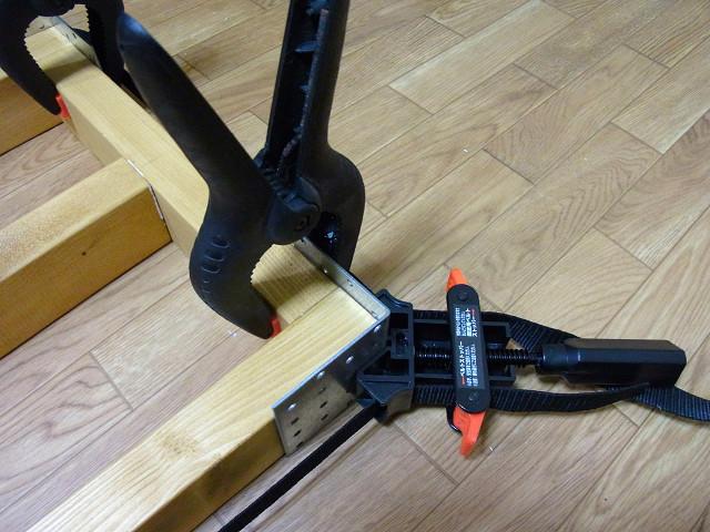 スプリングクランプ(パワークランプ)を使って金折とツーバイ材を固定