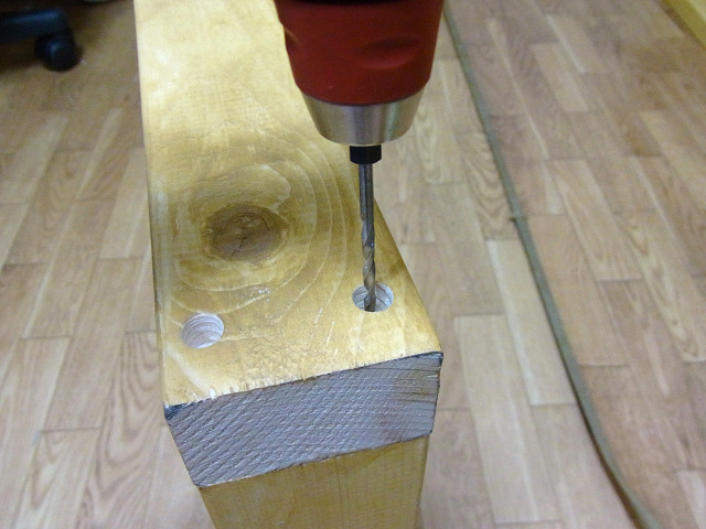 ツーバイ材にドリルでコーススレッド(木ねじ)の下穴を開けます。