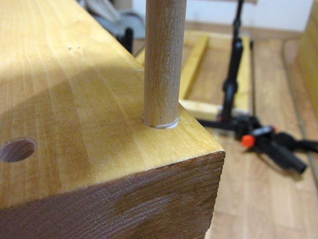 ダボの先端に木工用ボンドを少しつけてダボ用穴にまっすぐ差し込みます