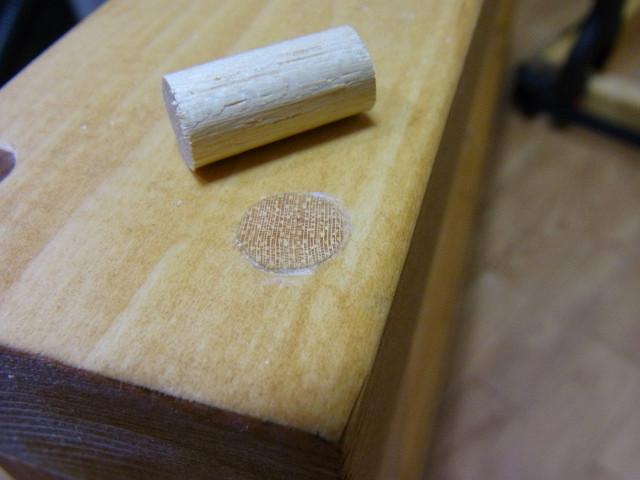 木工用ボンドが乾いたら、ノコギリでダボの余分な部分を切り取ります