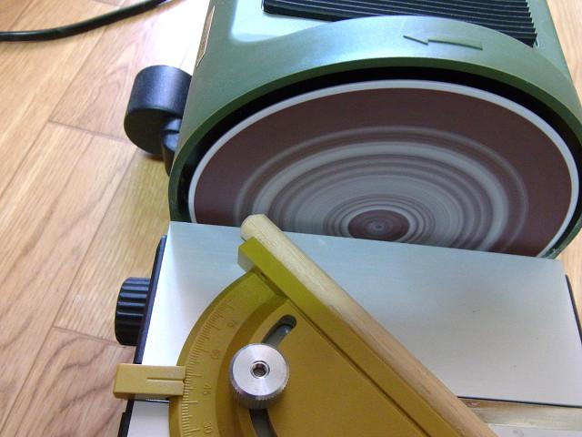 プロクソン ミニディスクサンダーで丸棒の先端を削ります。