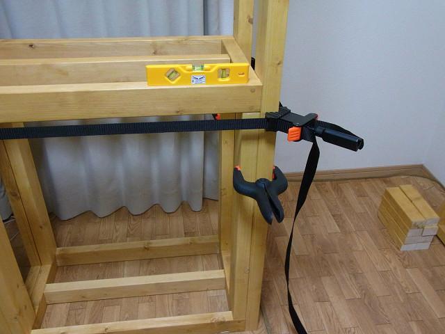 水槽台の棚板の水平が保たれるように微調整