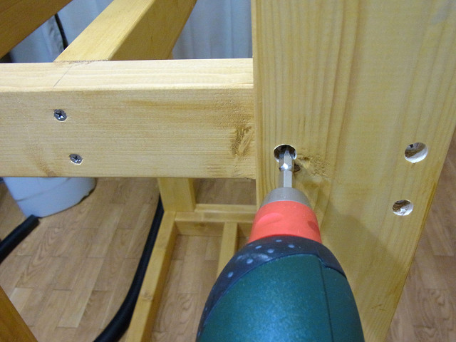 水槽台の棚板の位置が決まったらコーススレッド(木ネジ)を打ち込む