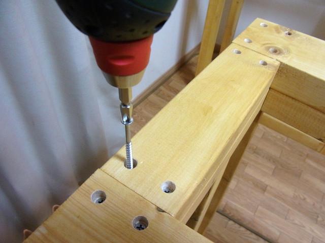 水槽台支柱の位置が決まったらコーススレッド(木ネジ)を打ち込む