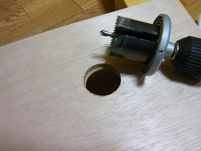 ホールソーの軸を下穴に差し込み、穴を開けます