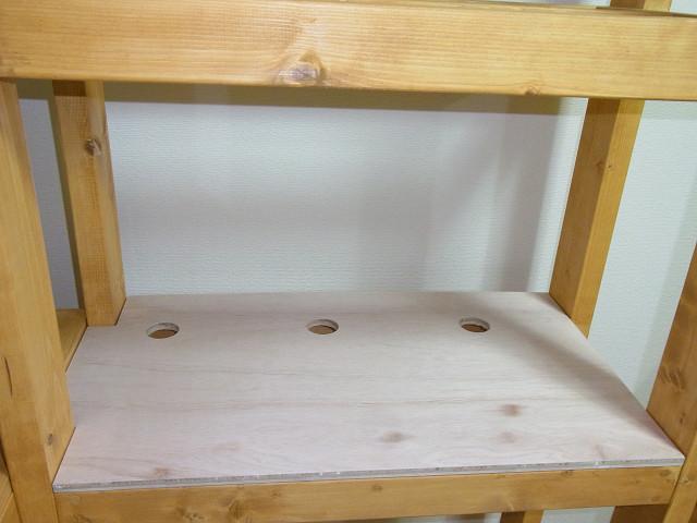 給排水の穴を開けた棚板を水槽台にセット