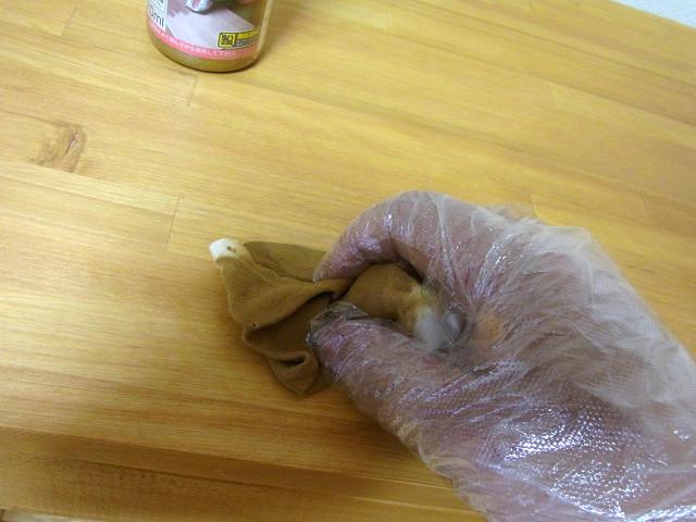ジェルカラーニスを布に染み込ませ、塗り込みました