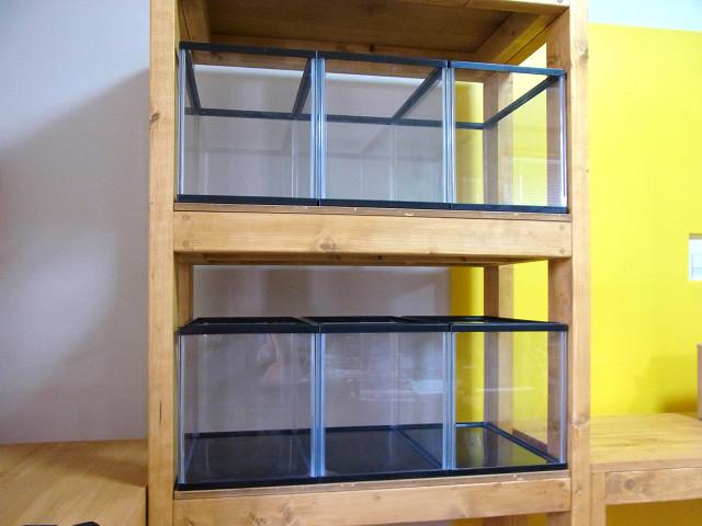 パッケージや付属品を取り除き、多段連結OF用水槽台に設置
