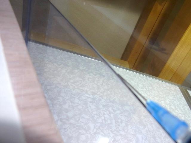 自作塩ビ濾過槽に仕切板を接着