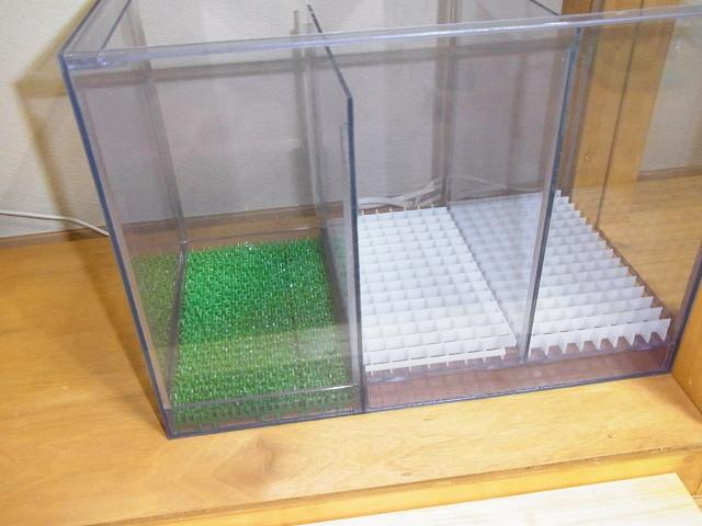 濾過槽に防振マット代わりの人工芝をセット