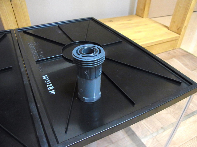 多段連結オーバーフロー用の水槽にユニオン継手のメス側を取り付け