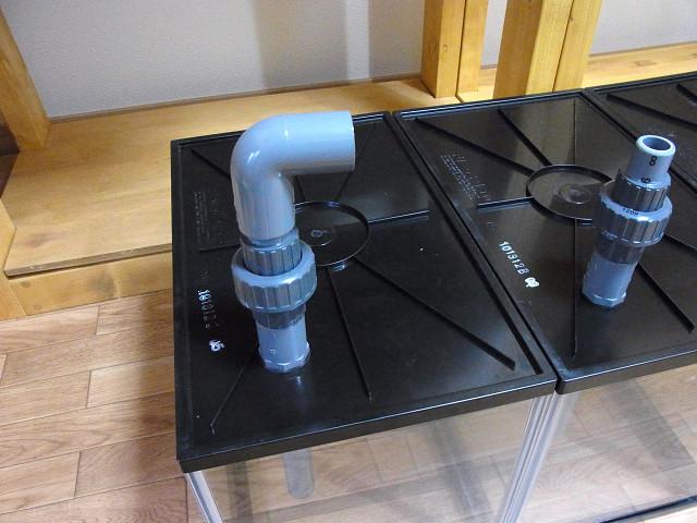エルボを取り付けた多段連結オーバーフロー用の水槽