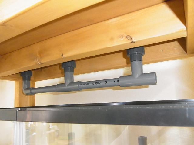 多段連結オーバーフロー水槽の上段の水槽の排水配管
