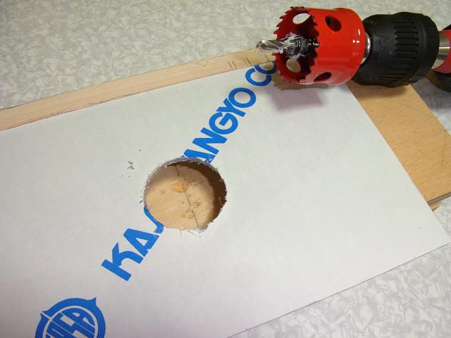 塩ビ板の厚さの半分ぐらいまで、ホールソーの刃が進んだら、板をひっくり返し貫通
