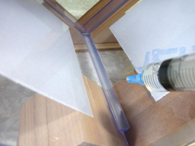 塩ビ三角補強棒の横から一気に接着剤を流し込む