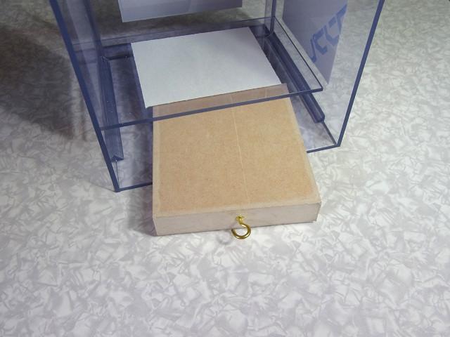 ウールボックスの溢れ防止用仕切板の取り付け作業