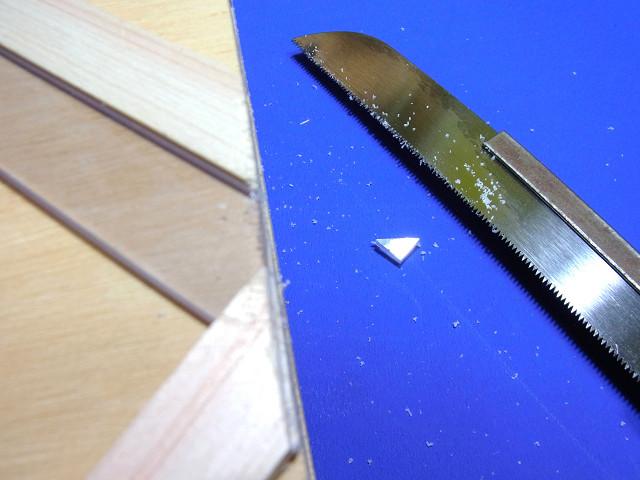 塩ビ板工作用のオリジナル治具を使ってカット