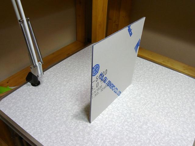 塩ビ板は、カットをしっかりしていれば、3mm程度の厚さがあれば直立します。