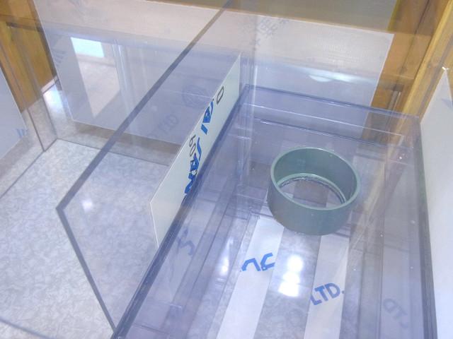 自作濾過槽への仕切板の取り付け作業