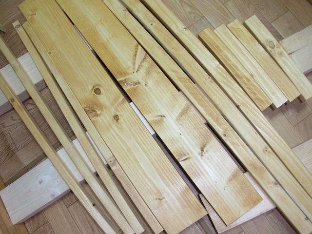 水槽台用の木材にジェルカラーニスを塗りました。