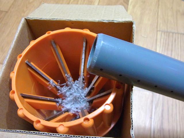 多段連結オーバーフロー水槽の配管用塩ビパイプを面取り