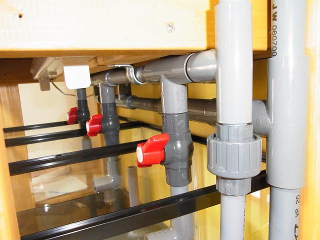 多段連結オーバーフロー水槽の上段と下段への給水を振り分ける分岐