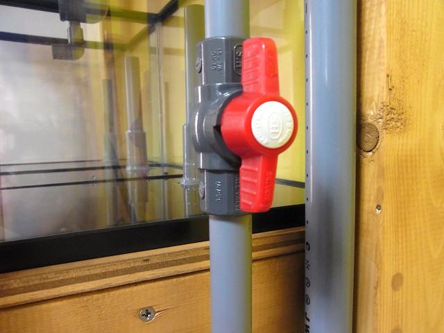 多段連結オーバーフロー水槽の上段と下段の給水量を調整するボールバルブ