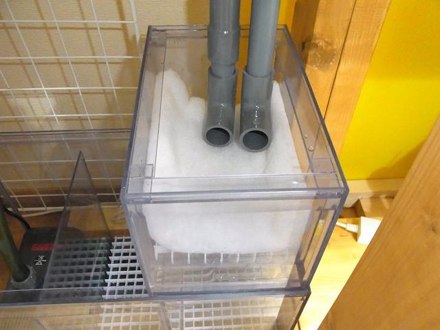 多段連結OF水槽のウールボックスに排水パイプをセット