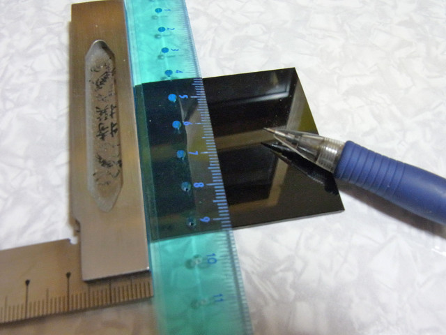 曲げる部分にペンシルで軽く線を引く