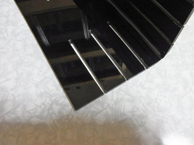 コーナーカバーの水槽のシリコンの盛り上がった部分に引っかかる部分をカット