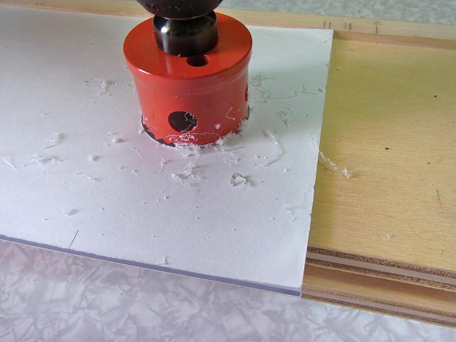 自作ウールボックスのフタの排水パイプを通す部分にホールソーで穴を開けました