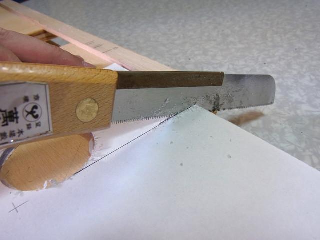 自作ウールボックスのフタの排水パイプを通す部分をカット