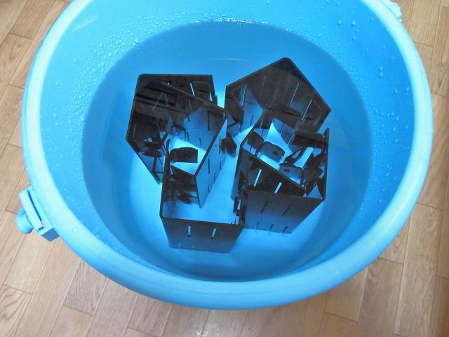 出来上がったコーナーカバーを水につけ接着剤の有害物質を抜く