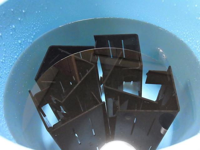 自作コーナーカバーを水につけ接着剤の有害物質を抜く