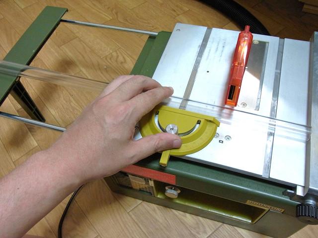 スーパーサーキュラーソウテーブルでアクリルパイプをカット
