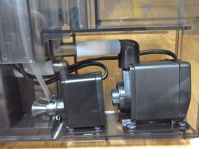 海道システムのプロテインスキマー用のポンプと循環ポンプ