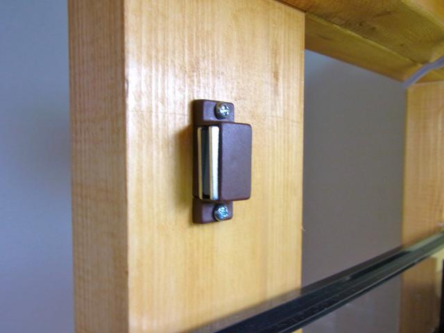 自作の多段連結オーバーフロー水槽台の目隠し板に取り付けたマグネットキャッチ