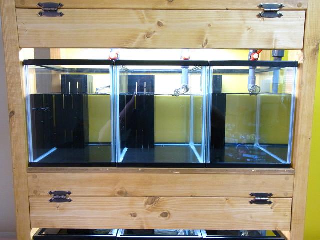 自作の多段連結オーバーフロー水槽の水槽台に目隠し板を取り付け