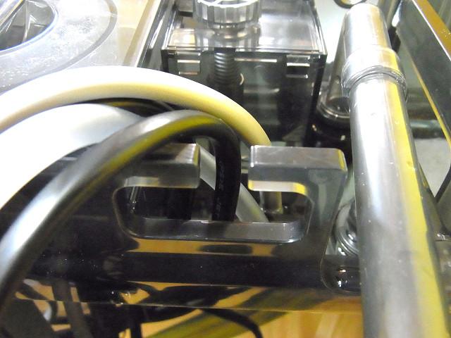 海道システムのクーラーの配管と電源コードを取り外す
