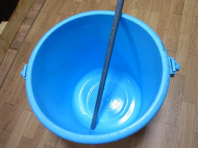 バケツと海水を溶かすための塩ビパイプ