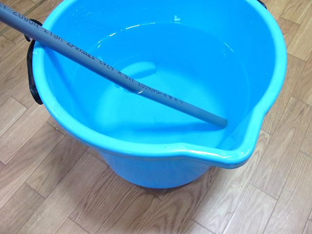 バケツに人工海水を用意