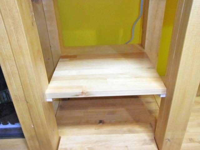 自作水槽台に棚板を取り付け